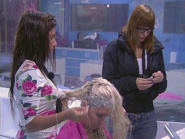 Meninas são cabeleireiras umas das outras