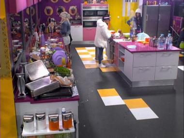 Concorrentes começam a preparar o jantar