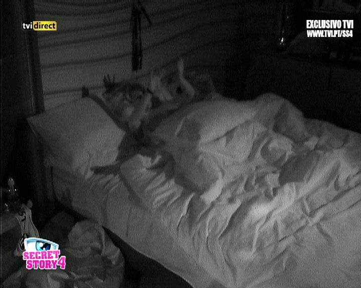 VIDEO: Casa dos Segredos 4 - Ontem à noite, Bernardina e Tiago estiveram muito animados na cama - 2013/10/03