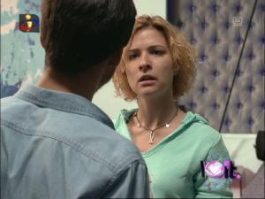 Beatriz chateia-se com Mara quando percebe que ela foi falar com ...